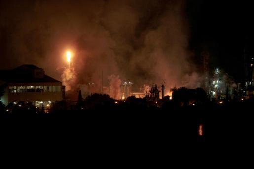 Una fuerte explosión en una industria del polígono sur de Tarragona, en el término municipal de La Canonja, ha originado un incendio de grandes dimensiones en plena zona petroquímica.