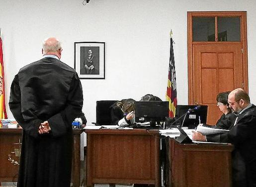 El acusado en una sala de lo Penal de Vía Alemania.