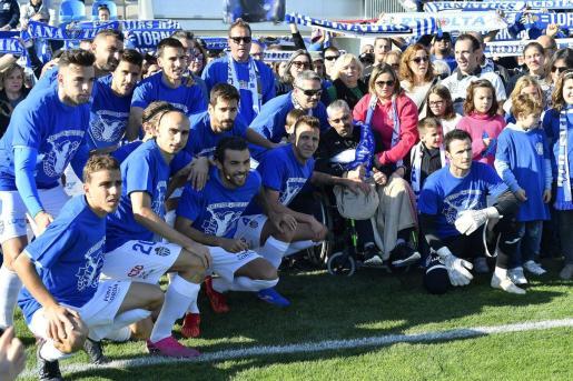 Imagen de la plantilla del Atlético Baleares posando con Xavi Delgado en el homenaje que el club le brindó en los prolegómenos del partido ante el Langreo.