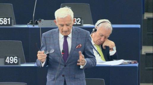 García-Margallo durmiendo en el hemiciclo.