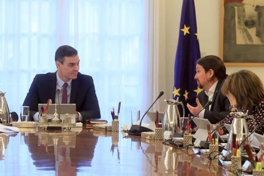 El presidente del Gobierno, Pedro Sánchez, conversa con el vicepresidente de Derechos Sociales y Agenda 2030, Pablo Iglesias, al inicio del primer Consejo de Ministros, celebrado este martes en el Palacio de la Moncloa.