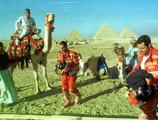 Los pilotos mallorquines Felipe Beltrán y Emilio Rodríguez, a su paso por El Cairo durante su participación en el Dakar en la edición del año 2000. Se cumplen 20 años de la primera presencia de dos mallorquines en la prueba.