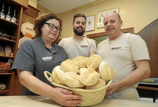 Carmen Venegas, su hijo Toni y su marido, Jaume Gelabert, en la Pastisseria Real.