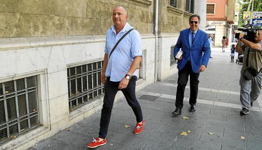 Miguel Ángel Subirán y Manuel Penalva, en una imagen de archivo a las puertas de los juzgados de Vía Alemania de Palma.