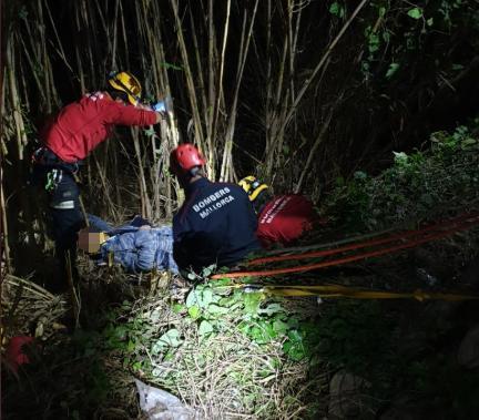 El hombre tuvo que ser inmovilizado por precaución en el momento del rescate.