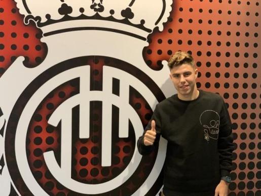 El jugador Alejandro Pozo posa ya como jugador del Real Mallorca.
