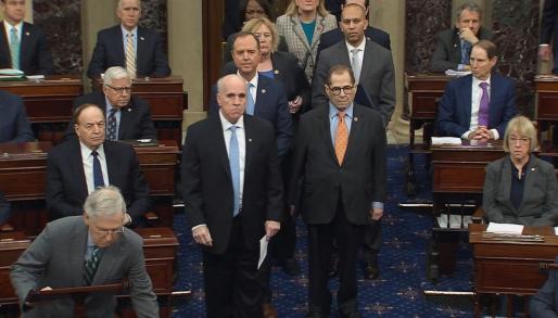 Los siete 'managers', como se conoce en la jerga del 'impeachment' a los miembros de la Cámara de Representantes designados para ejercer la acusación contra Trump, han leído en el Senado el pliego de cargos.