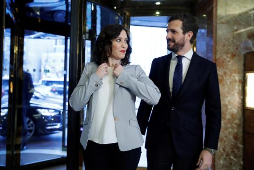 La presidenta de la Comunidad de Madrid, Isabel Díaz Ayuso junto y el presidente del PP, Pablo Casado.