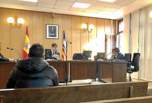 El acusado, antes del juicio en una sala del juzgado de lo Penal 3 de Palma.