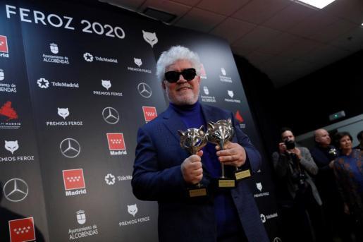 """El director y realizador Pedro Almodóvar posa con los premios recibidos por su película, """"Dolor y gloria""""."""