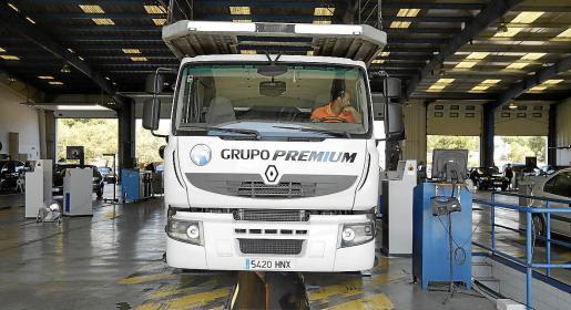 Un camión, pasando la ITV en Son Oms.