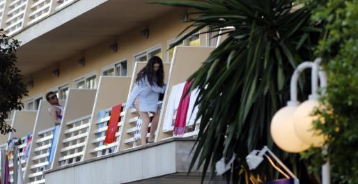 Jóvenes haciendo 'balconing' en Calvià.