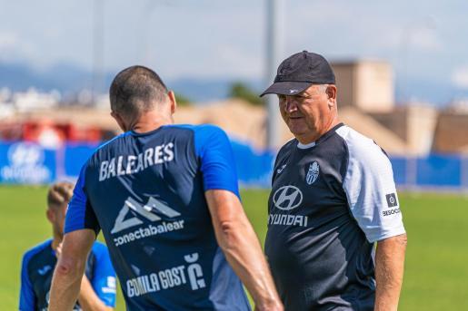 El entrenador del Atlécito Baleares, Manix Mandiola, dialoga con Diego Cervero en un entrenamiento.