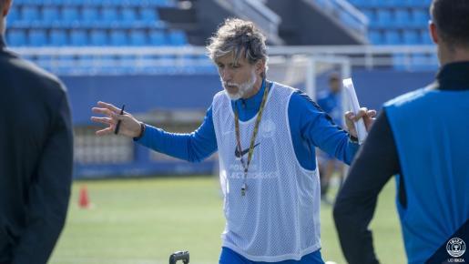 Pablo Alfaro da instrucciones a sus jugadores durante el entrenamiento de este viernes.