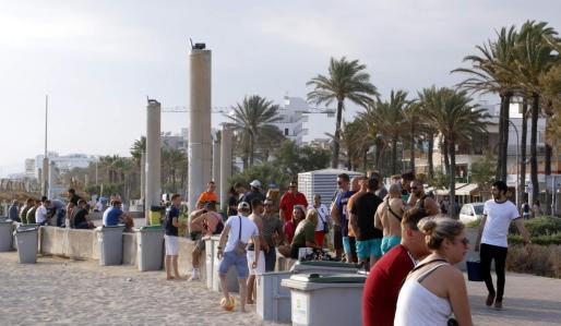 Turistas en una zona de la Playa de Palma.