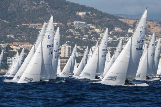 Los integrantes de la flota de la Puerto Portals Dragon Winter Series, en plena acción durante la primera jornada.