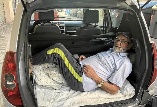 La posición en el maletero no es cómoda, pues el espacio no da para más, pero él se ha acostumbrado a dormir así. ¡Y es que las circunstancias mandan!