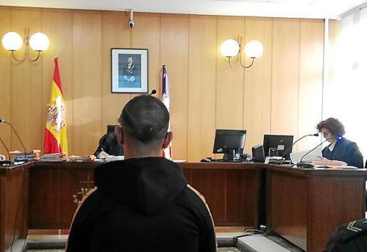 El procesado, en una sala de lo Penal de Vía Alemania en Palma.