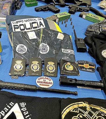 Placas, chalecos, defensas extensibles y armas intervenidas.