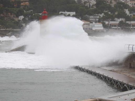 La borrasca generará a partir del domingo vientos muy fuertes que motivan los avisos rojos (riesgo extremo) por temporal marítimo y avisos naranjas en Baleares.