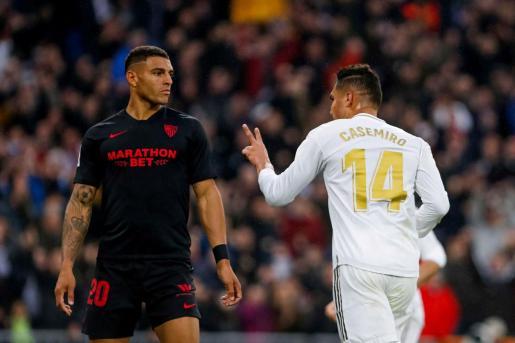 El centrocampista brasileño Casemiro del Real Madrid, celebra el segundo gol ante Diego Carlos, jugador del Sevilla.