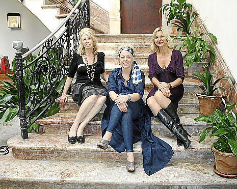 Elizabeth Dickinson, Stephanie Steinbrecht e Izzy Newman, en las escaleras del antiguo palacio señorial.