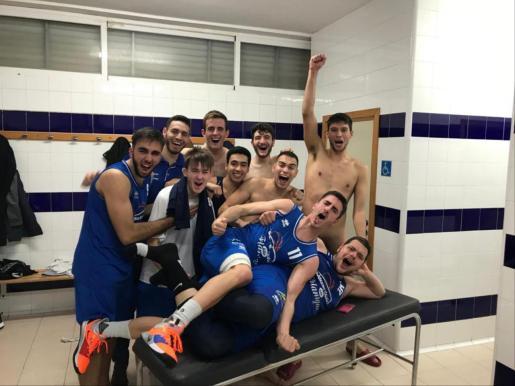 Los jugadores del Flanigan Calvià celebran su victoria ante el Maristes.