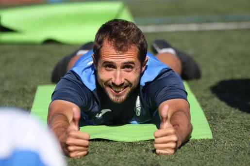El jugador del ATB Canario sonríe a la cámara durante un entrenamiento en Son Malferit.