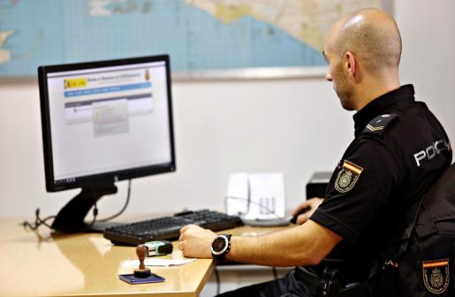 Un agente de la Policía Nacional tramitando una denuncia.