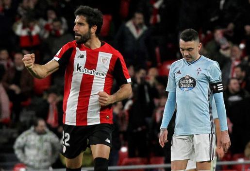 El centrocampista del Athletic de Bilbao Raúl García (i) celebra el gol de su equipo ante el delantero del Celta de Vigo Iago Aspas en el partido de LaLiga Santander que se disputa este domingo en el estadio de San Mamés. EFE/MIGUEL TOÑA ATHLETIC BILBAO CELTA VIGO