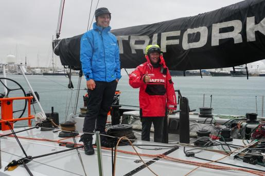 Antonio Cuervas-Mons, de rojo, en la mañana de este domingo a bordo del VO70 'Trifork' en el RCNP.