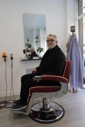 Joan Coll posa en su peluquería de Palma.