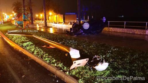 Imagen del coche volcado tras el accidente.