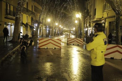 Muy pocas personas participaron en la revetla de Sant Sebastià debido al mal tiempo.