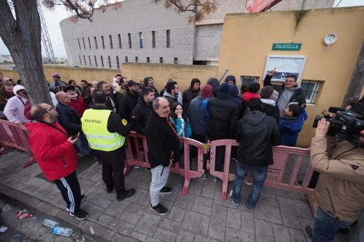 Aficionados haciendo cola para comprar entradas para el UD Ibiza-FC Barcelona.