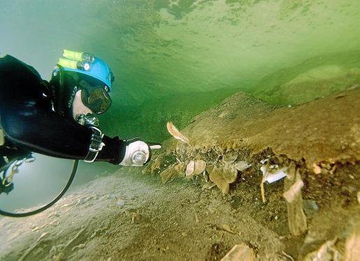 La cueva Genovesa es una franja litoral en la comarca de Llevant con un recorrido de 75 km. Tanto Units per Conservar como la federación de espeleología hace tiempo que denuncian la acumulación de residuos sólidos en la última sala de la cueva.