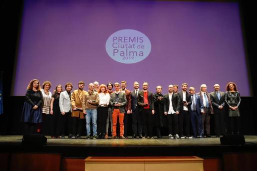 Los galardonados, con las autoridades al final de la gala.