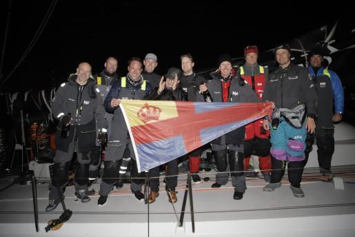 Imagen de la tripulación del velero danés Trifork tras pulverizar el récord.