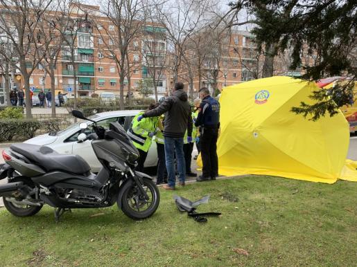 Los sanitarios encontraron al motorista en parada, y sus intentos fueron en balde.