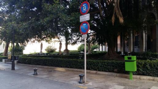 Parada del taxi-tour en la calle Palau Reial.