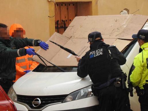Los cristales de la furgoneta han sido tapados por la Policía.