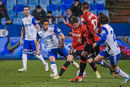 Lance del partido entre el Real Zaragoza y el Real Mallorca disputado en La Romareda.