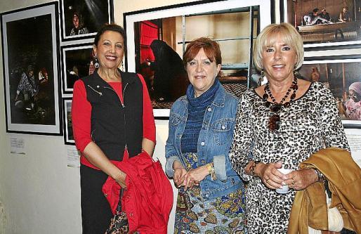 María Mateo, María Xamena y Rosa Ramón ante hermosas fotografías.