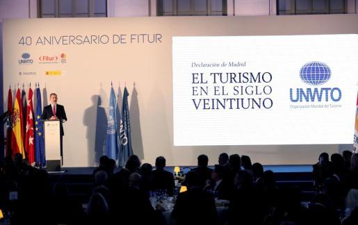 El rey Felipe VI, este martes, durante su intervención en la celebración de la cena conmemorativa del 40 aniversario de la Feria Internacional de Turismo (FITUR) 2020 en el Palacio de Cibeles.
