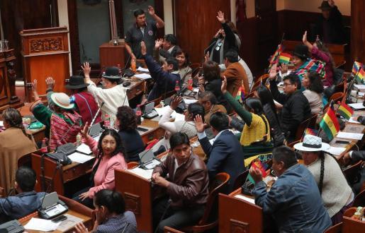 El Parlamento boliviano, controlado por el partido de Evo Morales, vota en la aceptación de su carta de renuncia a la Presidencia del país.