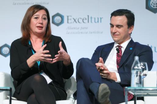 La presidenta del Govern Balear, Francina Armengol y el CEO de Palladium Hotel Group y socio de Exceltur, Abel Matutes, en el X Foro Exceltur.