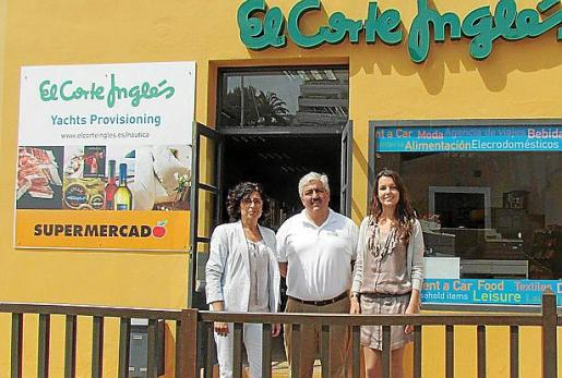 Luis Molina -responsable de El Corte Inglés Yachts Provisioning-, con Ana Vega y Elena Seijas, en representación de Puerto Portals.