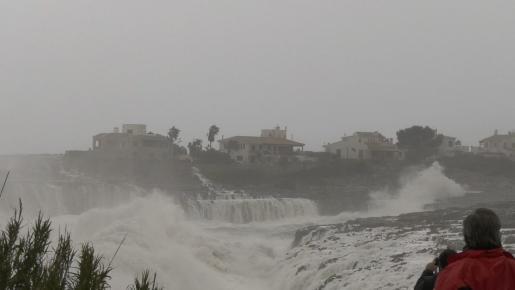 Las olas pueden llegar a los tres metros de altura este miércoles en algunas zonas de Mallorca.