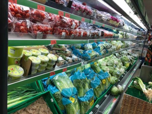 Los supermercados ya tienen este miércoles llenas las estanterías de productos frescos.