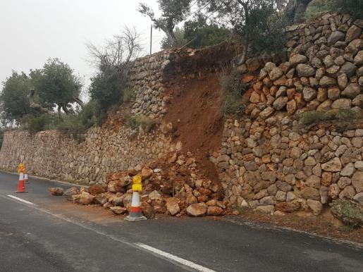 El desprendimiento del muro ha motivado que parte de la calzada se haya llenado de piedras.